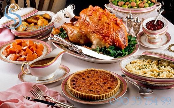 Bàn tiệc Giáng sinh tràn ngập bánh ngọt, gà nướng với Lò nướng Fagor