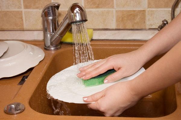 Ngưng ngay thói quen ngâm chén dĩa lâu trong bồn rửa